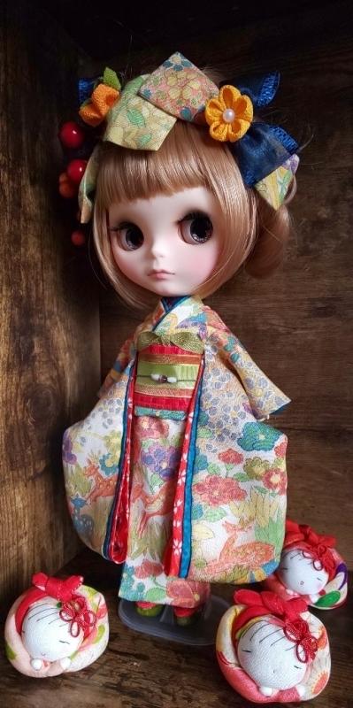 ブライス:正絹の着物・振袖:マルチカラー:バンビと花々:簪・ショール・ガラス風こっぽり付き