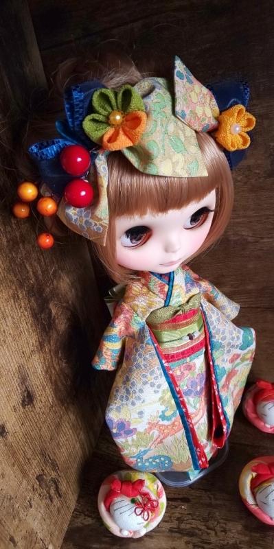 ブライス:正絹の着物・振袖:マルチカラー:バンビと花々:簪・ショール・ガラス風こっぽり付き_画像2