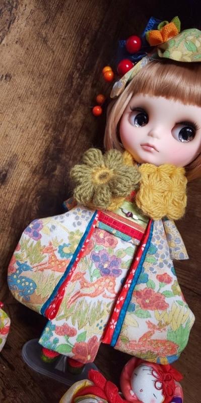 ブライス:正絹の着物・振袖:マルチカラー:バンビと花々:簪・ショール・ガラス風こっぽり付き_画像4