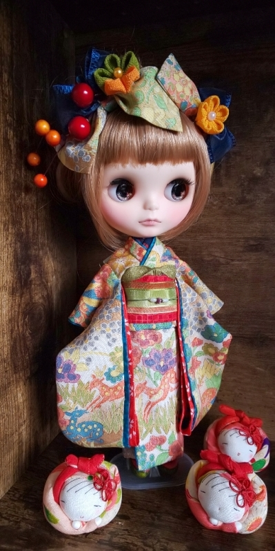 ブライス:正絹の着物・振袖:マルチカラー:バンビと花々:簪・ショール・ガラス風こっぽり付き_画像5