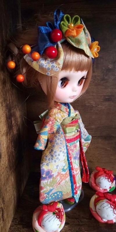 ブライス:正絹の着物・振袖:マルチカラー:バンビと花々:簪・ショール・ガラス風こっぽり付き_画像6