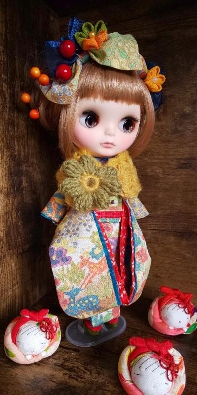 ブライス:正絹の着物・振袖:マルチカラー:バンビと花々:簪・ショール・ガラス風こっぽり付き_画像7