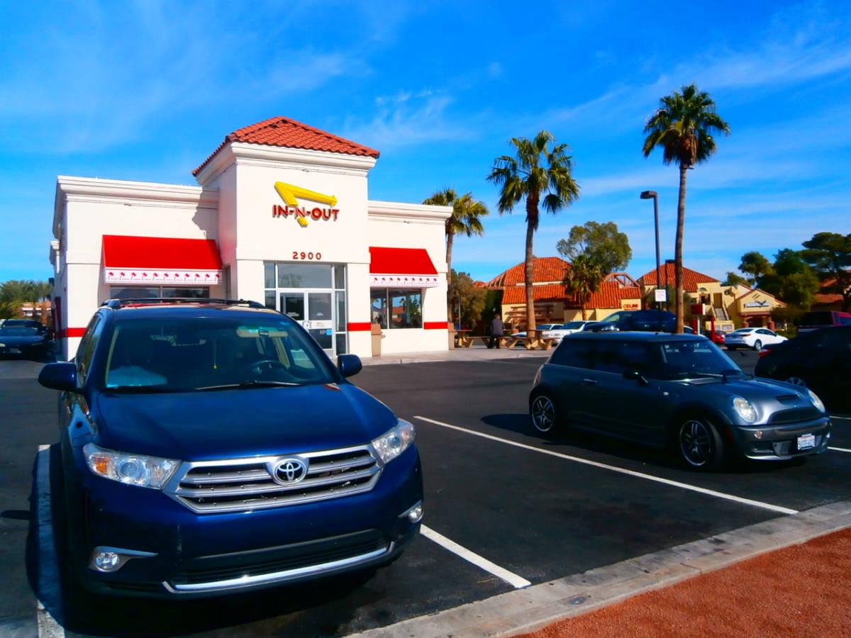 In-N-Out Burger インアンドアウトバーガー クラシックカー ビンテージ アメ車 ムーンアイズ 世田谷ベース Tシャツ アメリカ限定_画像4