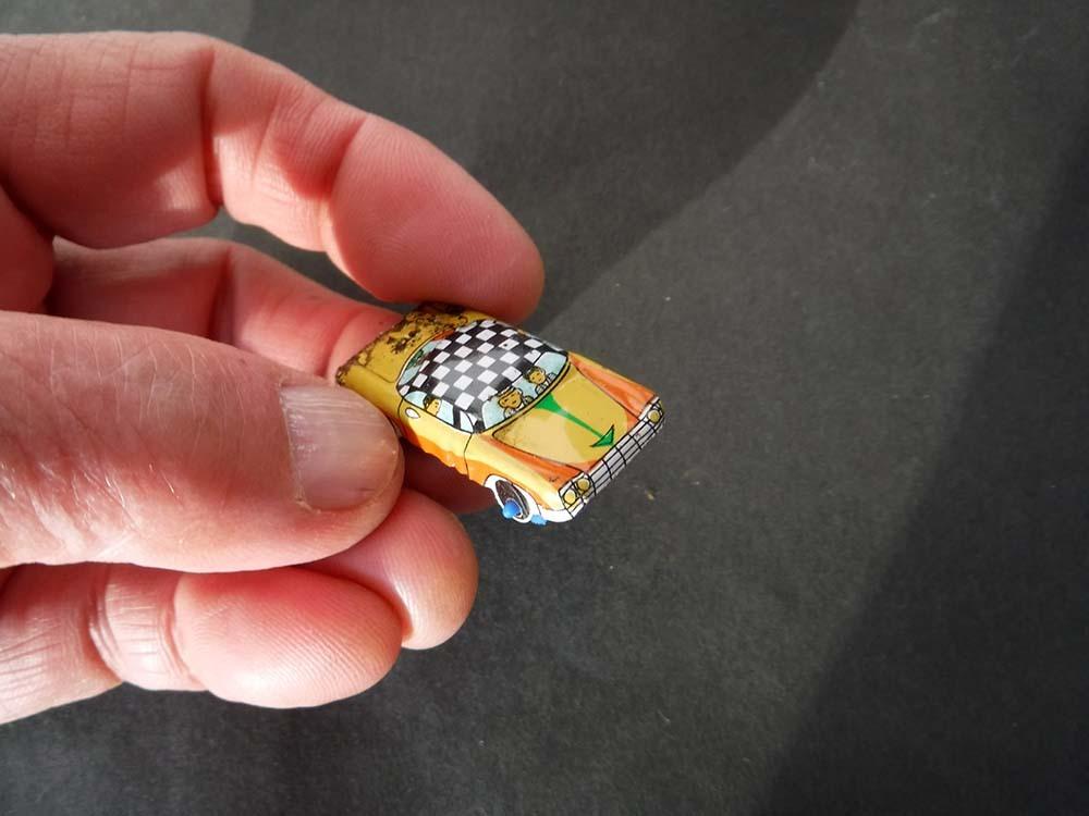 小さく懐か しい日本製ブリキのオモチャ自動車キャラクター昭和レトロ玩具スタントカー車タクシー営業車ミニカージャンクです。_画像2