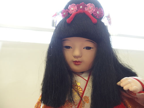 190308w【日本人形 女の子】市松人形/台付き/顔,手足陶器製/全長50cmほど/着物刺繍入/置物/中古品_画像5