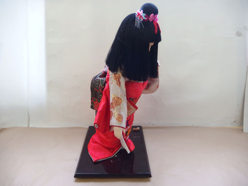 190308w【日本人形 女の子】市松人形/台付き/顔,手足陶器製/全長50cmほど/着物刺繍入/置物/中古品_画像2