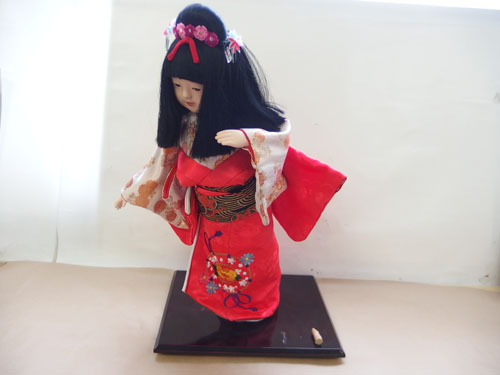 190308w【日本人形 女の子】市松人形/台付き/顔,手足陶器製/全長50cmほど/着物刺繍入/置物/中古品_画像1