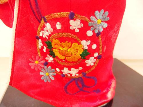 190308w【日本人形 女の子】市松人形/台付き/顔,手足陶器製/全長50cmほど/着物刺繍入/置物/中古品_画像8