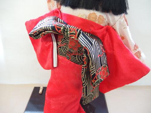 190308w【日本人形 女の子】市松人形/台付き/顔,手足陶器製/全長50cmほど/着物刺繍入/置物/中古品_画像4