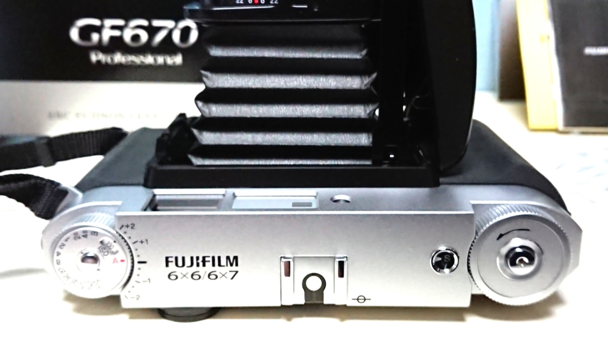 美品 FUJIFILM GF670 professional 6×6/6×7 80mm レンズ搭載 専用レンズフード カタログ 保証書 外箱付き ジャバラ折りたたみ式 絶版_画像5