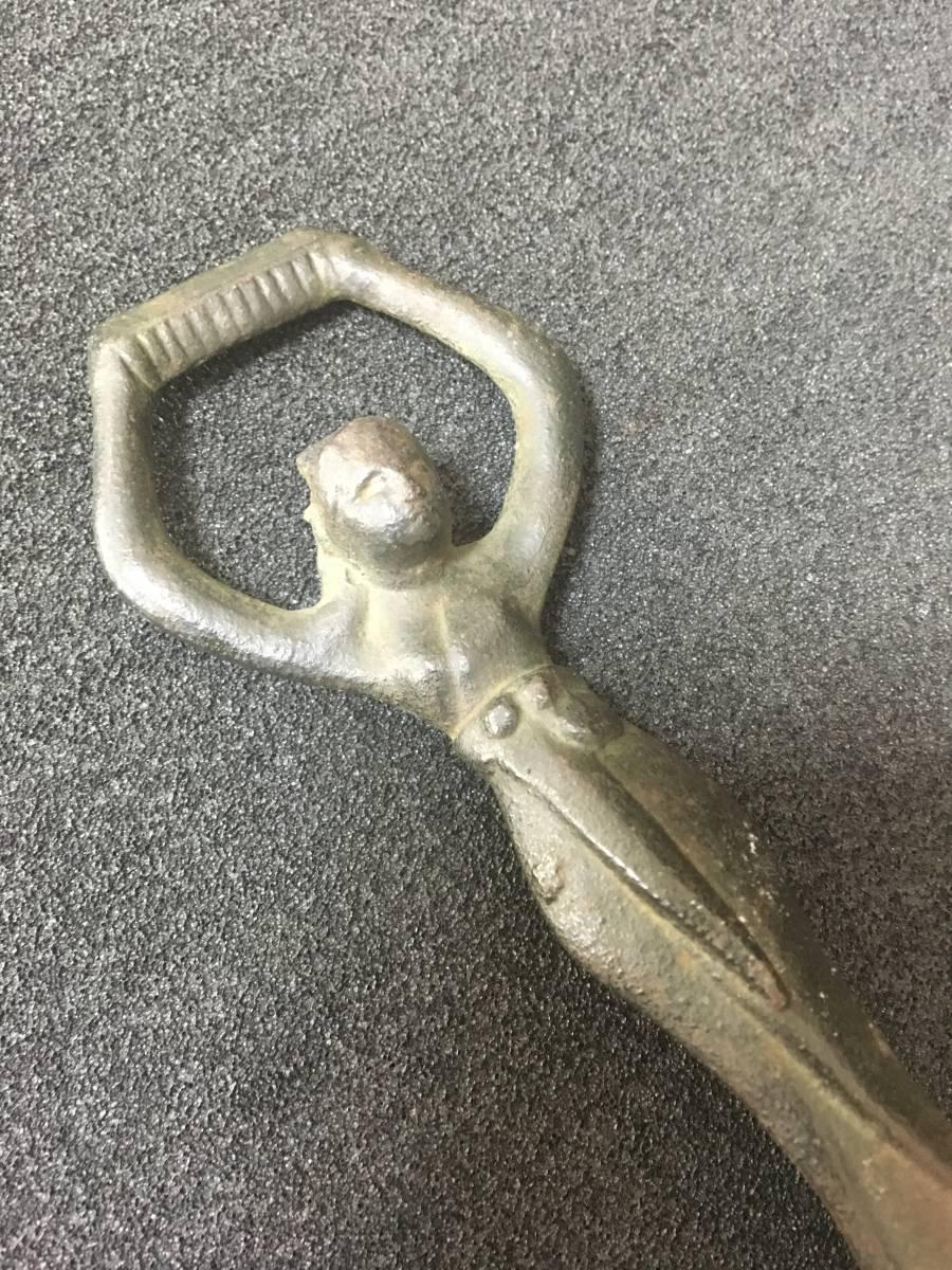 【130】鉄製 古い 栓抜き 古代 女性像 コレクション 置物 インテリ小物 高さ14.1cm_画像2