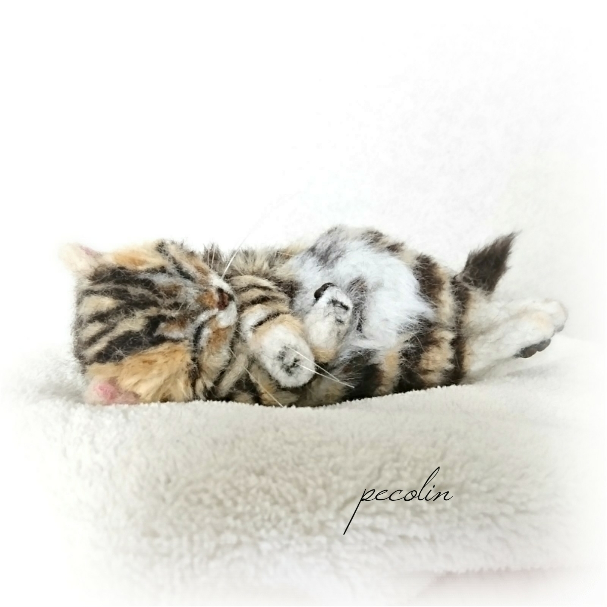 peco-lin 羊毛フェルト すやすや眠るベンガルの赤ちゃん 猫 ハンドメイド 眠り猫_画像1