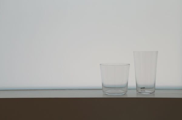 左のグラスです