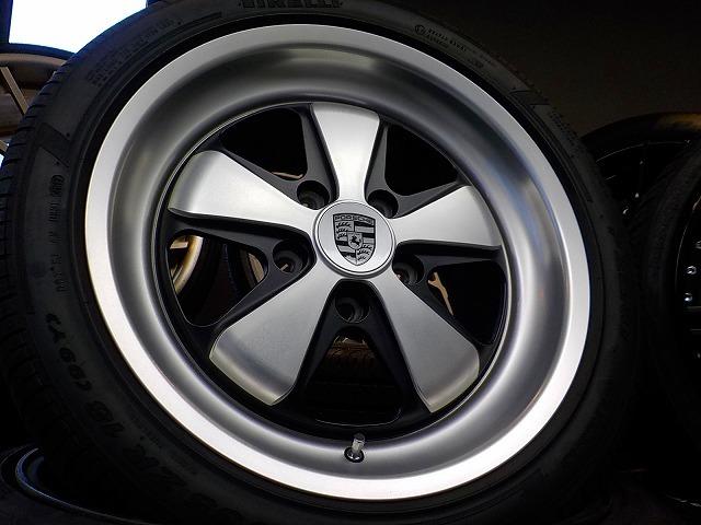 ポルシェ 911 カレラ デモカー装着のみ FUCHS フックス ポルシェ承認タイヤ 235/40 295/35 ピレリ P-ZERO ROSSO 964 993 996 997_画像2