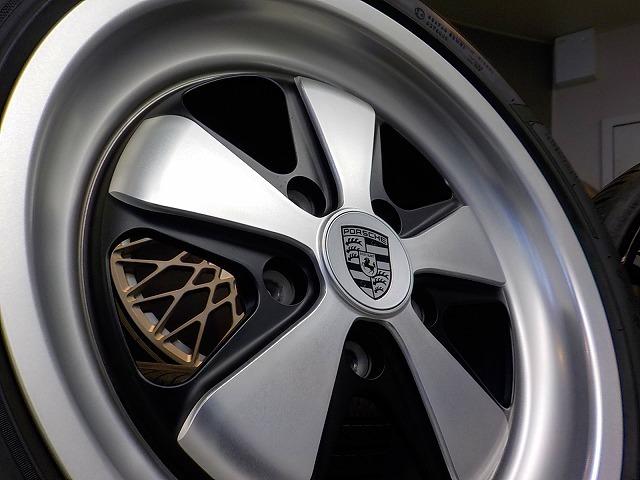ポルシェ 911 カレラ デモカー装着のみ FUCHS フックス ポルシェ承認タイヤ 235/40 295/35 ピレリ P-ZERO ROSSO 964 993 996 997_画像3