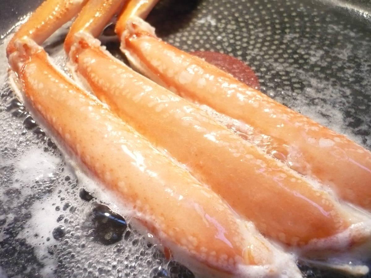 北海道産!本ズワイガニ ビードロカット 1kg 足と胴と爪のセット 自宅で本格料理屋さんのカニ鍋をお楽しみ頂けます!_鉄板にくっつくことなく焼あげられます