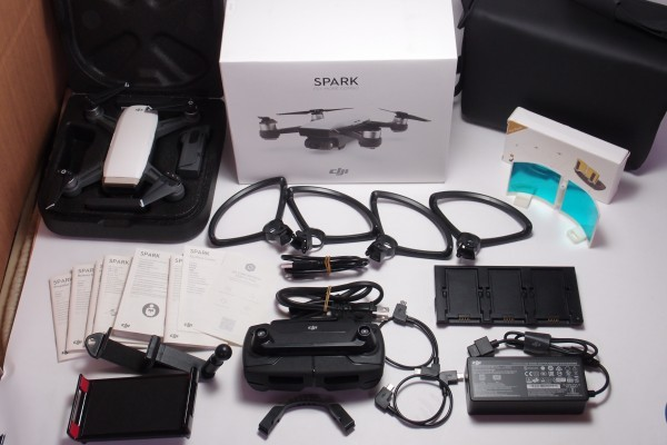 DJI ドローン SPARK Fly More Combo ホワイト おまけ色々 ジェスチャー対応 空撮 2軸ジンバルカメラ GPS搭載 フライモアコンボ 送料無料