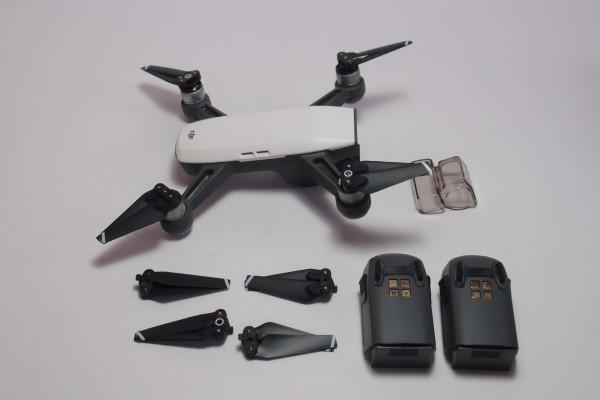DJI ドローン SPARK Fly More Combo ホワイト おまけ色々 ジェスチャー対応 空撮 2軸ジンバルカメラ GPS搭載 フライモアコンボ 送料無料_画像2