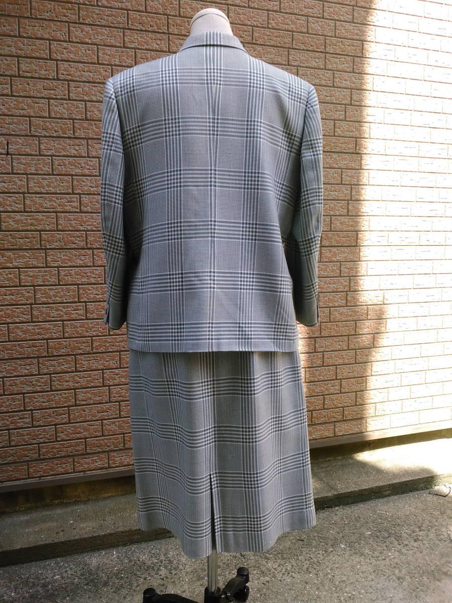 本物・中古品 バーバリー レディース用 スーツ 大きいサイズ 約LL寸 サックスグレーのチェック柄 ウール&シルク素材_画像2