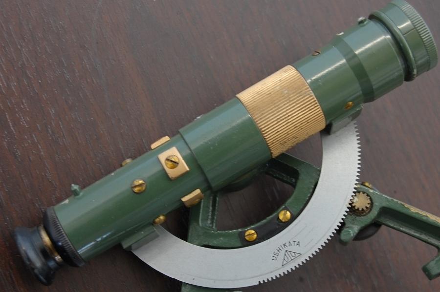 「ヴィンテージ/レトロな牛方式羅針儀/羅針盤/方位磁石/磁気ポケットコンパス/革ケース入 水平器測量計器レベル望遠鏡 (船 ボート コンパス)」の画像