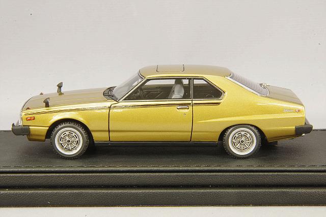 イグニッションモデル x トミーテック 1/43 日産 スカイライン 2000 GT-ES ゴールデンカー T-IG4307 / 西部警察 ジャパン C210 _画像2