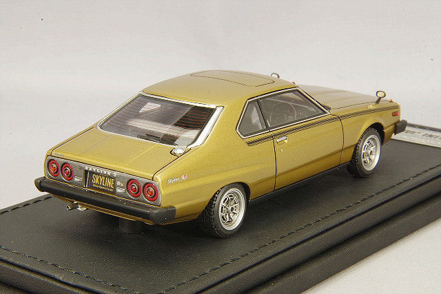 イグニッションモデル x トミーテック 1/43 日産 スカイライン 2000 GT-ES ゴールデンカー T-IG4307 / 西部警察 ジャパン C210 _画像3