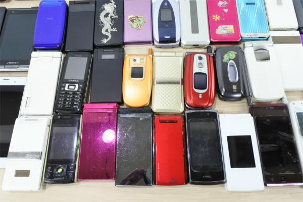 売切 ジャンク 80台 スマホ 携帯電話 ガラケー PHS docomo au SoftBank いろいろ まとめて まとめ売り 現状渡し 1円スタート_画像7