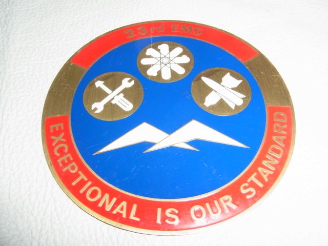 ■美品 希少 米軍放出品 1970~1980年代!『23rd EMS EXCEPTIONAL IS OUR SATNDARD』部隊章 金属製 看板 プレート 縦11.3cm 横11.3cm _画像1