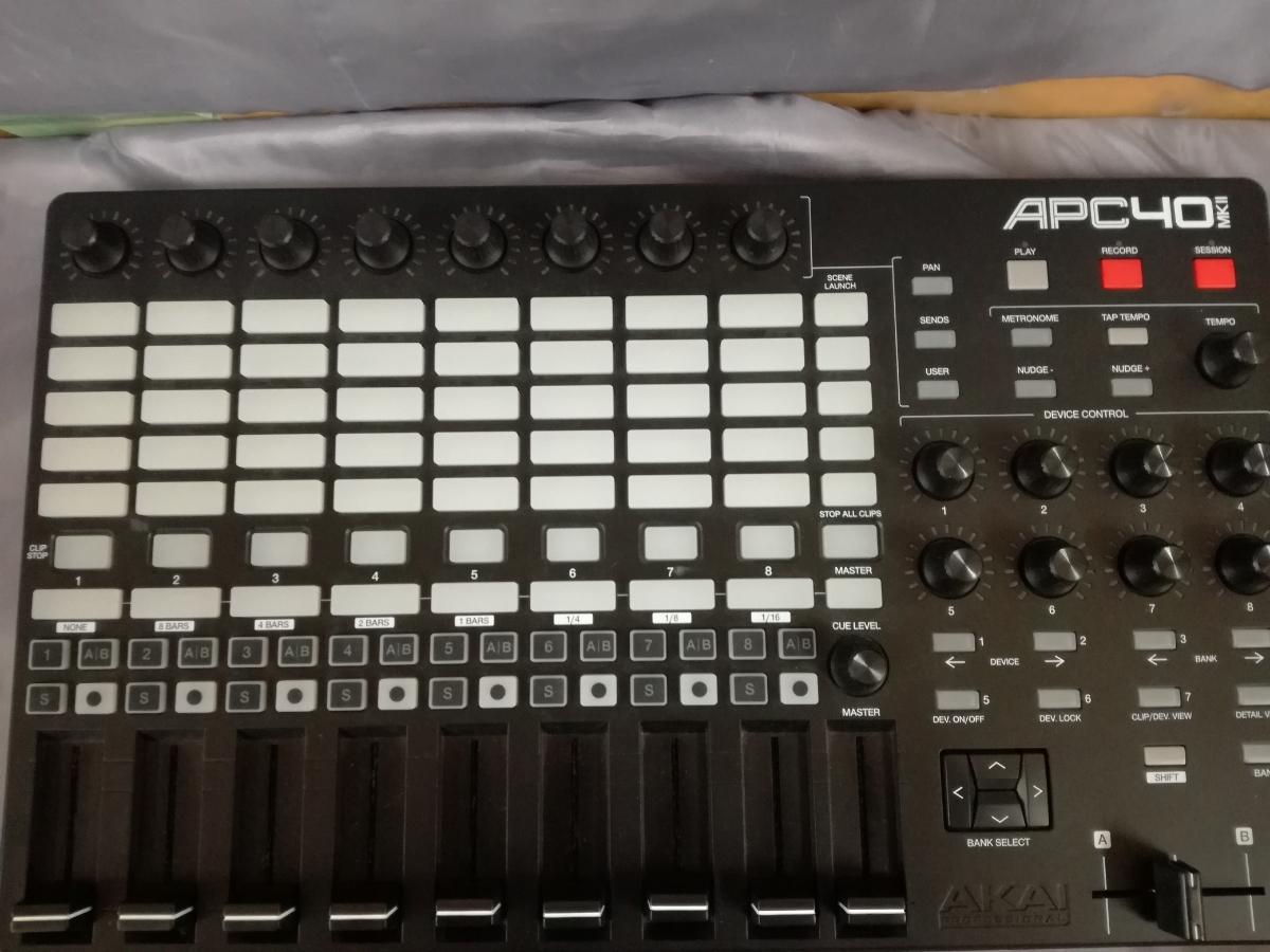 J633 美品中古 本体のみ 動作確認済み 送料無料 AKAI APC40 MKII 楽曲制作 楽曲演奏 Ableton Live専用コントローラー 作曲 編曲 アレンジ