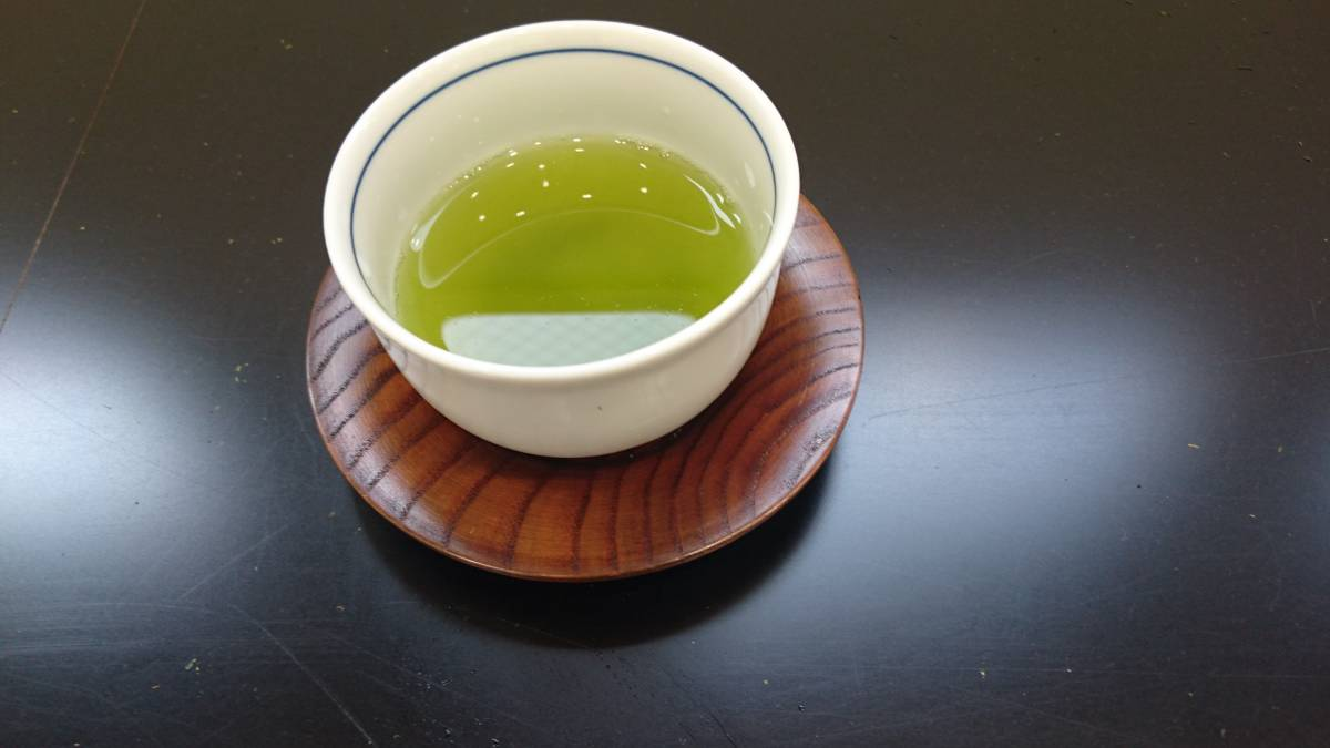 【100g×6袋入】熟成知覧煎茶 600g★★味のバランスが良い定番人気商品★☆お値段以上_現物の水色。一番茶の鮮やかな色合い。