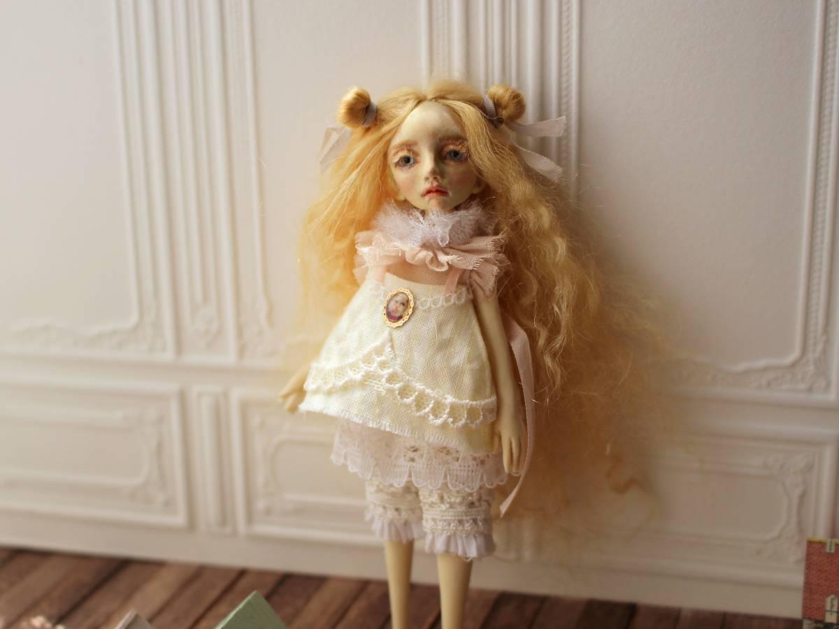 ★moloco dolls★ 小さなお人形 4月の女の子ドール No.1 BOX付き_画像2