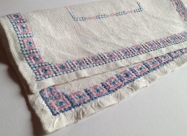 【北欧雑貨スウェーデン】ヴィンテージ◆もういちど使って欲しい◆刺繍クロス【7】麻のクロス・レトロな水色とピンクの刺繍モチーフ_画像10