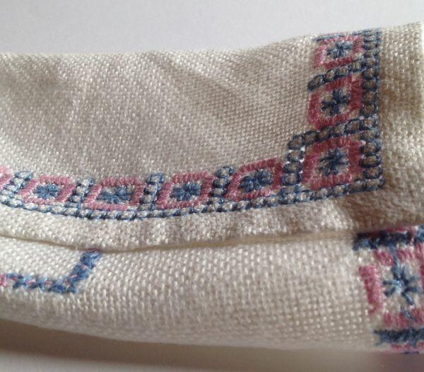 【北欧雑貨スウェーデン】ヴィンテージ◆もういちど使って欲しい◆刺繍クロス【7】麻のクロス・レトロな水色とピンクの刺繍モチーフ_画像7