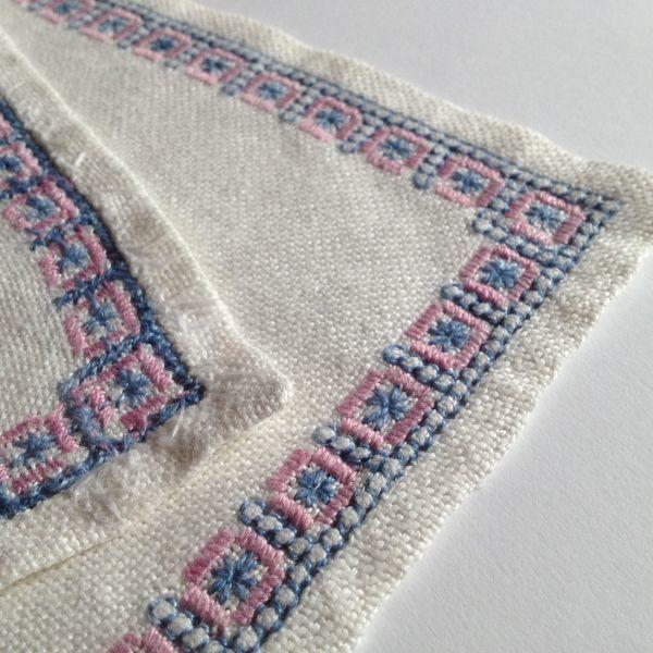 【北欧雑貨スウェーデン】ヴィンテージ◆もういちど使って欲しい◆刺繍クロス【7】麻のクロス・レトロな水色とピンクの刺繍モチーフ_画像8