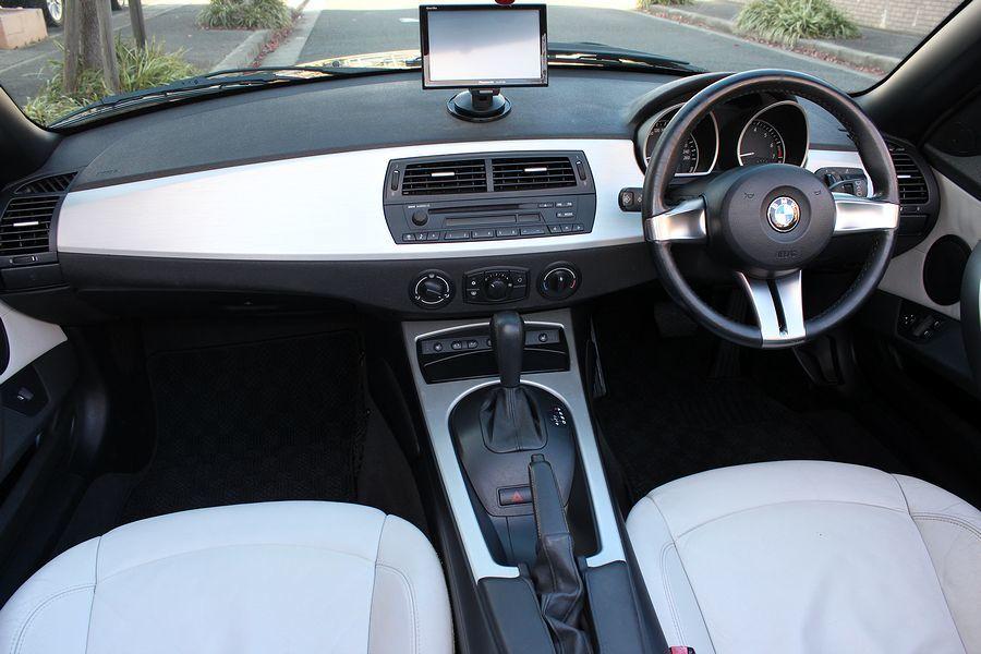【電動オープン良好/後期型】E85/06y/BMW Z4 ロードスター2.5i/白レザー/18インチAW/外ナビ/TV/HID/6速AT/スペアキー/内外美車_オプションホワイトレザー・シートヒーター