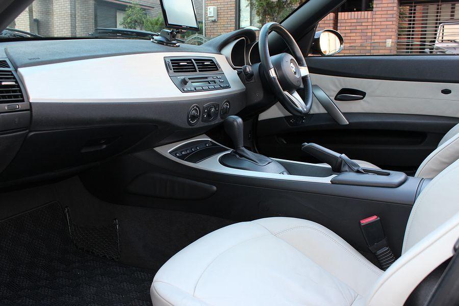 【電動オープン良好/後期型】E85/06y/BMW Z4 ロードスター2.5i/白レザー/18インチAW/外ナビ/TV/HID/6速AT/スペアキー/内外美車_専用インテリアパネル・内外装程度良好