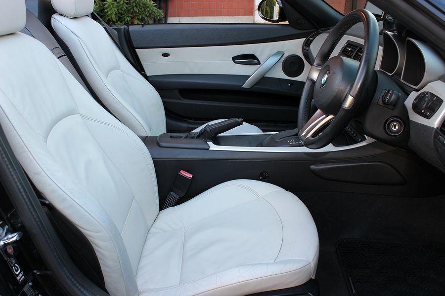 【電動オープン良好/後期型】E85/06y/BMW Z4 ロードスター2.5i/白レザー/18インチAW/外ナビ/TV/HID/6速AT/スペアキー/内外美車_本革ステアリング・電動オープン良好