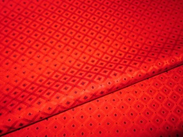 【京わぎれ】正絹 黒糸通し 無地染生地はぎれ 小菱詰文様 赤地 少々生地難あり 巾約39.5cm×2.4m②_画像3
