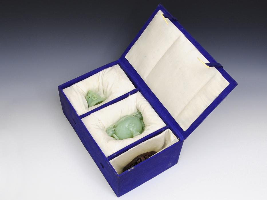 中国美術 玉製 獣耳遊環 三つ足香炉 重:568g 翡翠 白玉 古玩 唐物 香道 台付 布箱付き 美品 その他  b4895s_画像3
