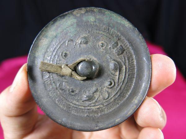 A 文様古鏡 紐付き 中国 遺跡発掘品 副葬品 金工 埋蔵文化財 明器_画像3