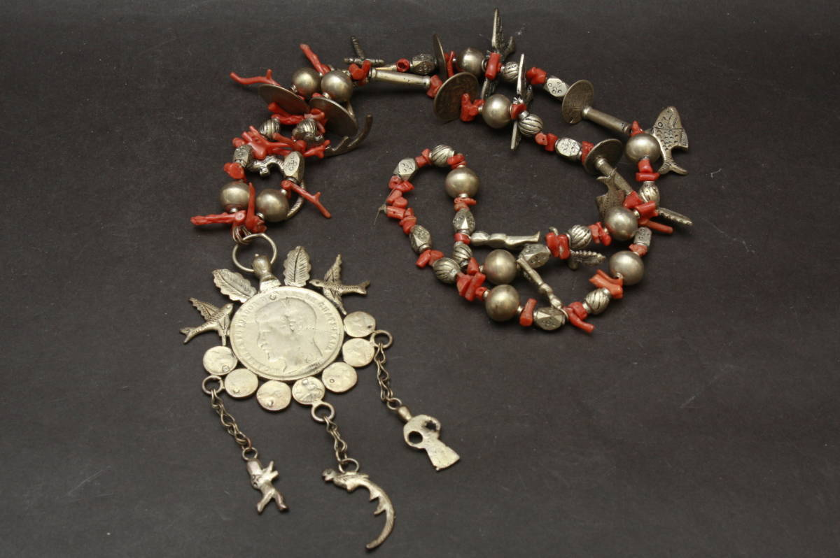 0484 多数銀貨 1ペソ銀貨 他 女神 グアテマラ1870年 ラファエル カエラ 赤サンゴ 鳥 魚 ネックレス
