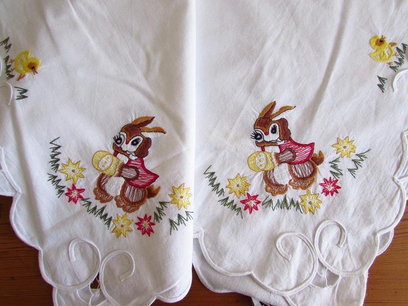 ドイツ イースターエッグを手に持ったウサギやヒヨコの刺繍 テーブルクロス (ヴィンテージ)_画像9