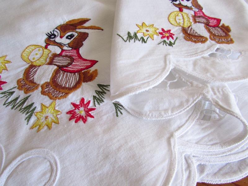 ドイツ イースターエッグを手に持ったウサギやヒヨコの刺繍 テーブルクロス (ヴィンテージ)_画像3