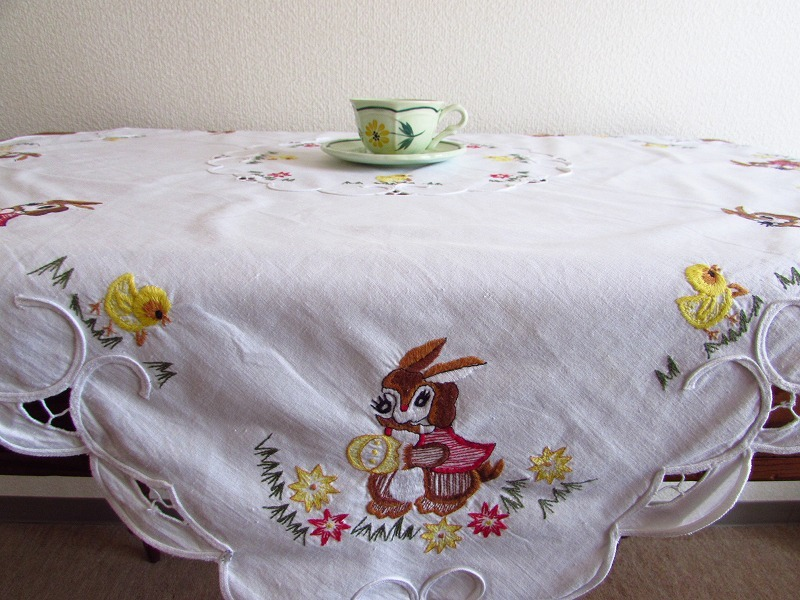 ドイツ イースターエッグを手に持ったウサギやヒヨコの刺繍 テーブルクロス (ヴィンテージ)_画像7