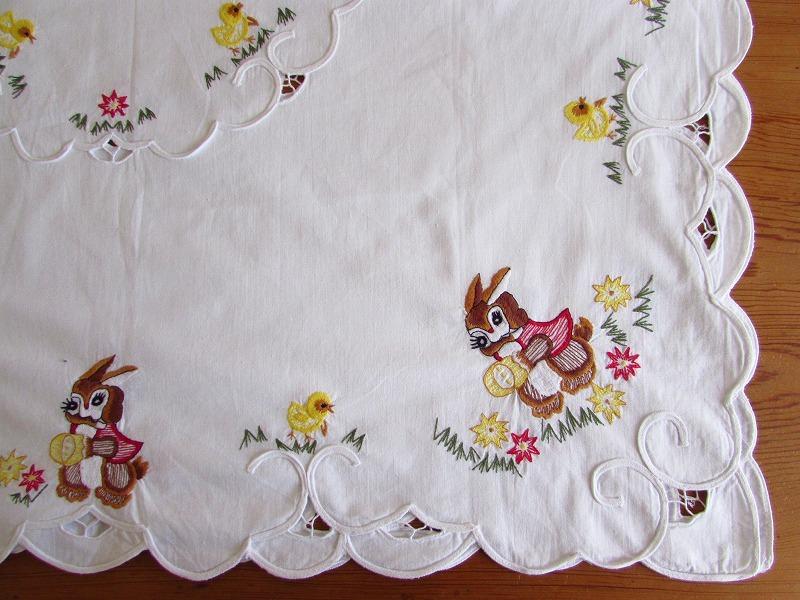 ドイツ イースターエッグを手に持ったウサギやヒヨコの刺繍 テーブルクロス (ヴィンテージ)_画像8