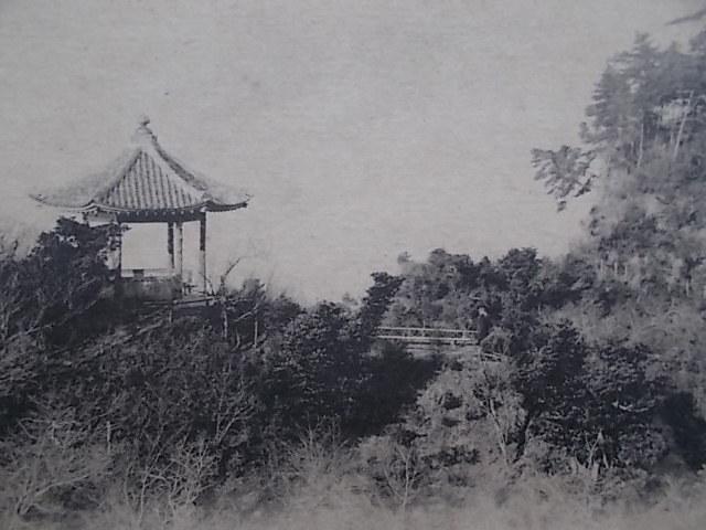 【戦前 絵葉書 単色】74 横浜 本牧三溪園 六角堂えお望む 野趣のある公園の風景