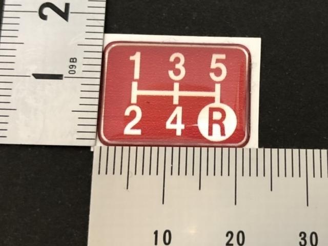 Tuningfan シフトパターン エンブレム レッド 5速MT車用 赤 SPE-R501 プレート 日本製 JZX100 CT9A L880K ZC31S JB23W BCNR33 NA2 PP1 S14_画像4