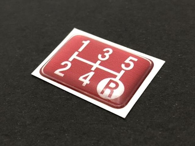 Tuningfan シフトパターン エンブレム レッド 5速MT車用 赤 SPE-R501 プレート 日本製 JZX100 CT9A L880K ZC31S JB23W BCNR33 NA2 PP1 S14_画像3