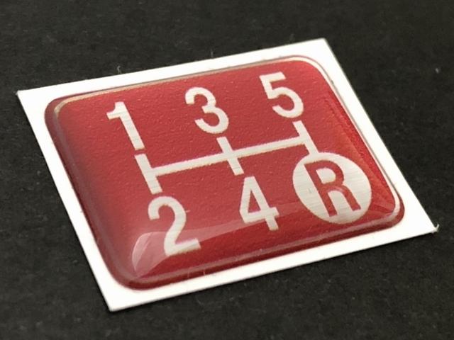Tuningfan シフトパターン エンブレム レッド 5速MT車用 赤 SPE-R501 プレート 日本製 JZX100 CT9A L880K ZC31S JB23W BCNR33 NA2 PP1 S14_画像1