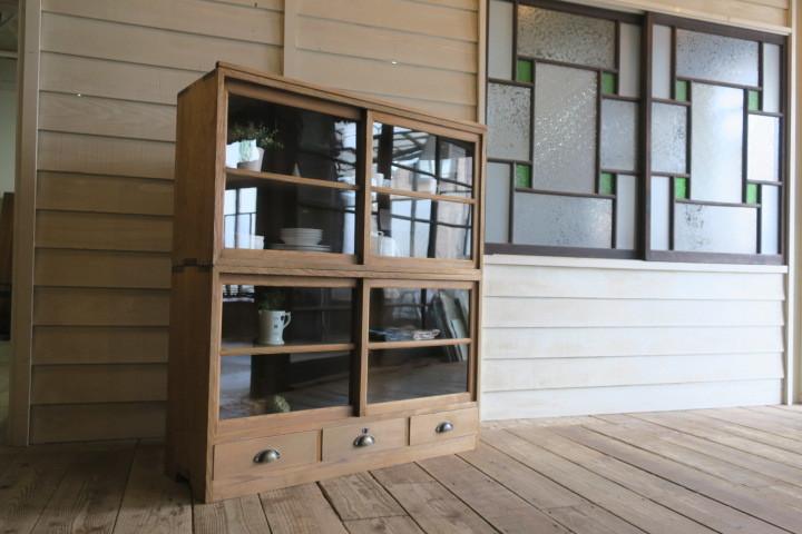 希少♪重厚♪古い木味 総無垢材 ゆらゆらガラス引き戸 アンティーク収納棚(2段重ね)食器棚 アトリエ ガラスケース 飾り棚 水屋 展示台 什器